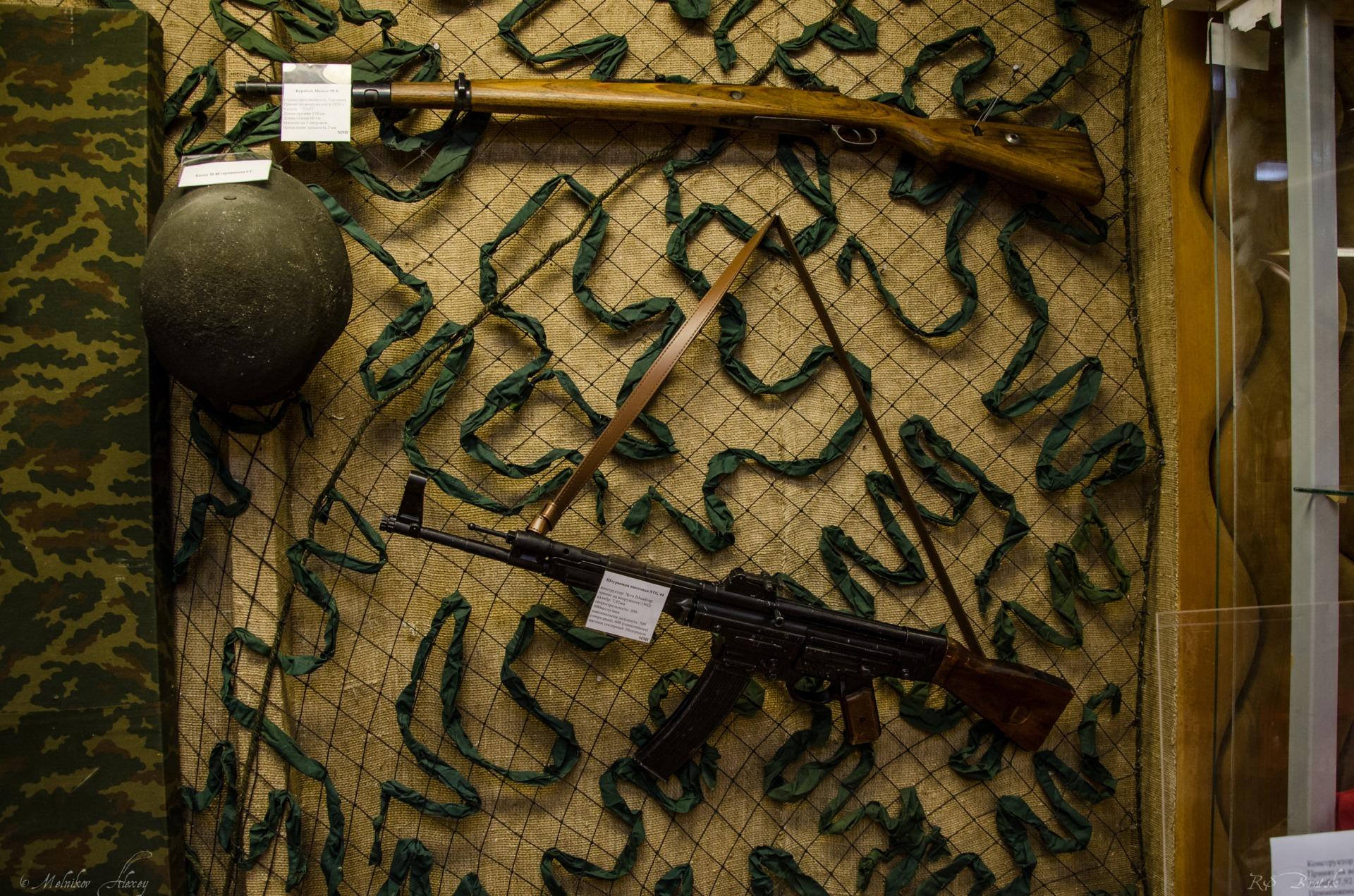 немецкая винтовка mauser 98k и представлена штурмовая винтовка STG 44
